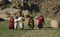 Bogd Khan Àrea protegida de Mongòlia s'associa amb la vida de Gengis Khan, i ha estat un espai natural protegit sagrat nacional des 1778. Ara és part de l'extensa Khan Khentii Muntanya Àrea Protegida. Després de molts anys de repressió comunista, cerimònies han reviscut va portar el meu lames budistes locals. La cerimònia d'honor a les deïtats de les muntanyes i la petició contra la sequera i les fortes nevades. Aquí el grup que du a terme el ritual en la part més sagrada de la muntanya, la part superior, declaracions dirigides per monjos. Tercera persona de l'esquerra és el Sr. J. Boldbaatar, Director, Khan Khentii zona especial protegida ia la seva dreta el primer dia modern guardaparcs (vegeu l'estudi de cas de les directrius de la UICN UNESCO). Foto: Robert salvatge.